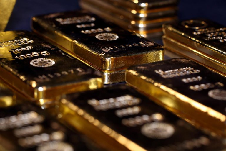 Gold dips 1% as dollar rises, but heads for quarterly gain